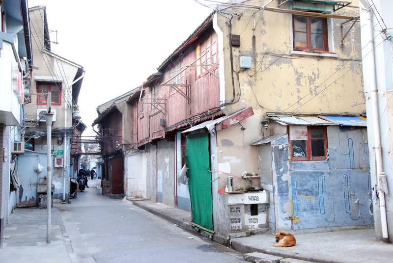 shanghai-old-house-in-the-middle-of-the-city