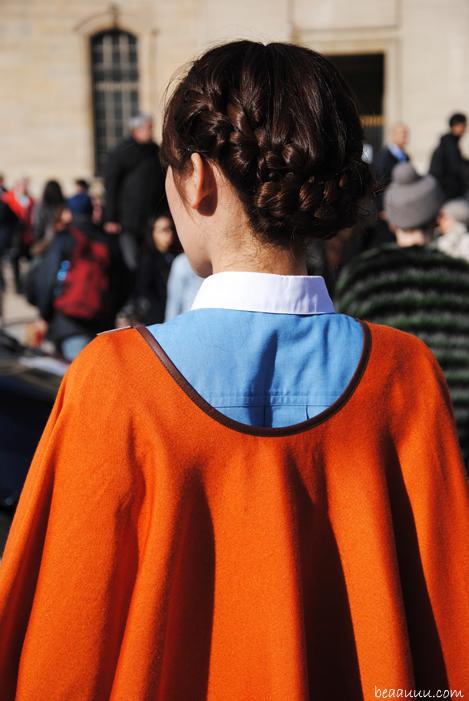 chignon-tresse-plait-bun-shirt-cape-street-style