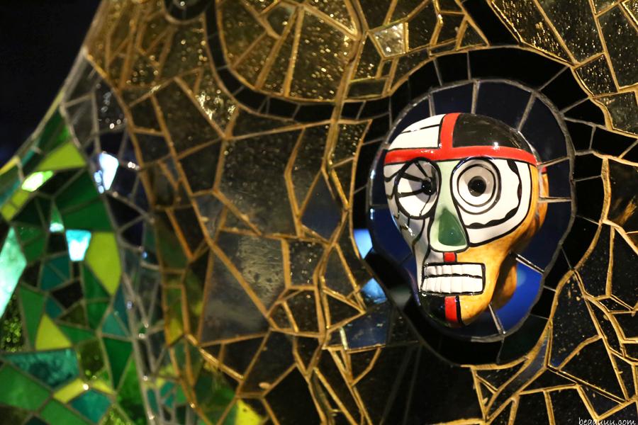 detail-mosaic-skull-niki-de-saint-phalle