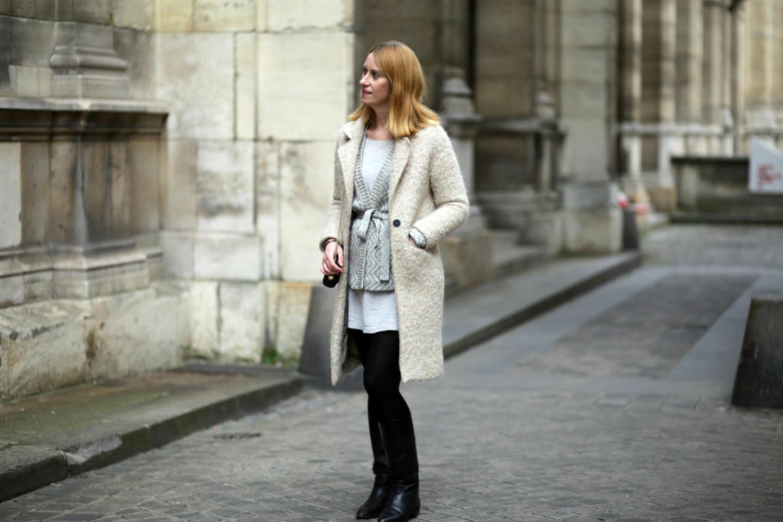 Manteau beige en bouclette et gilet gris en lurex