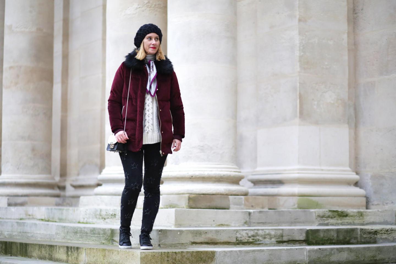 look-hiver-casual-avec-doudoune-bordeaux-et-jeans-etoile