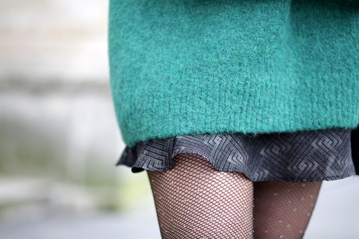 details pull oversize vert-jupe Vanessa Bruno-collant résille strass