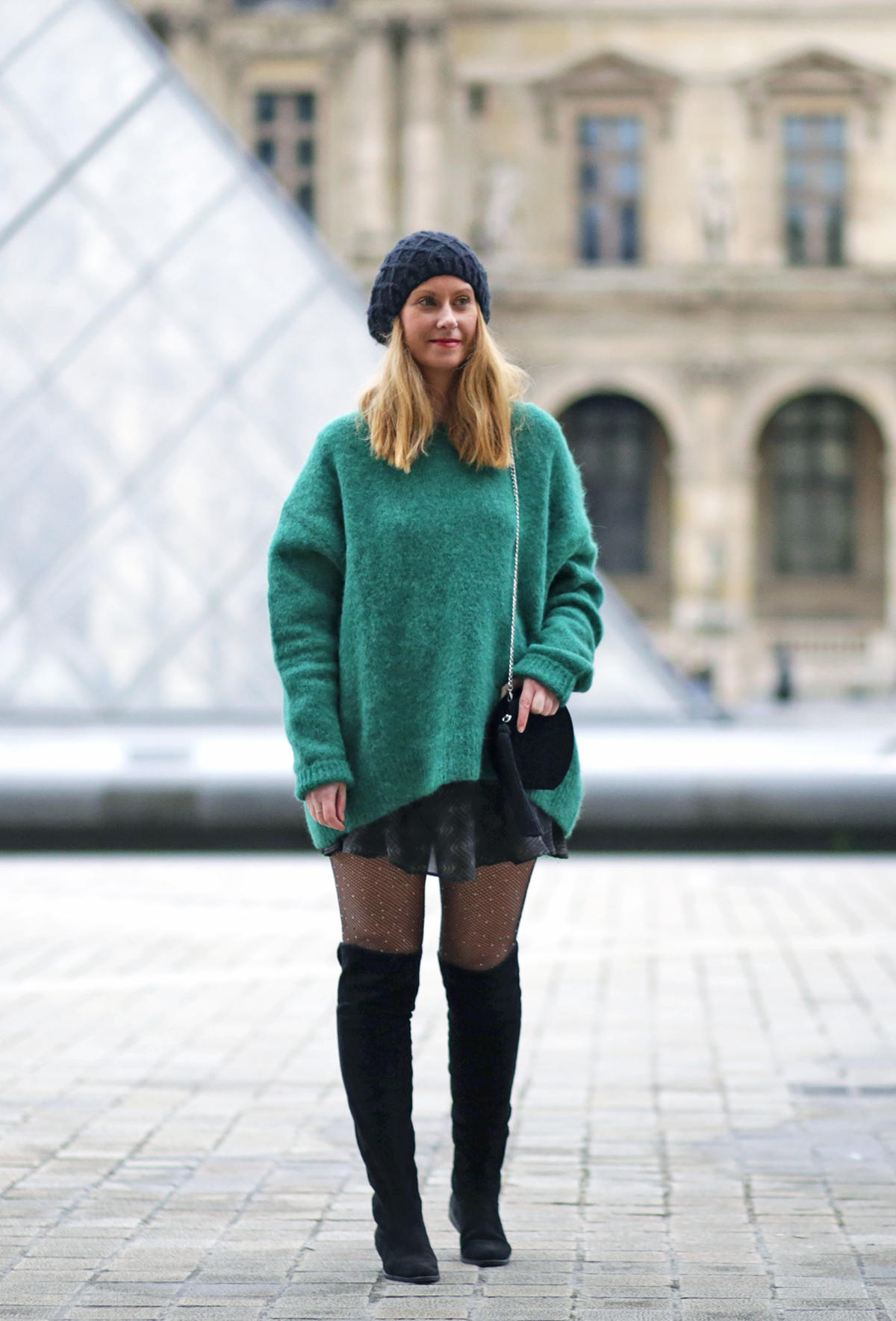 pull oversize vert HM-jupe Vanessa Bruno-collant résille strass