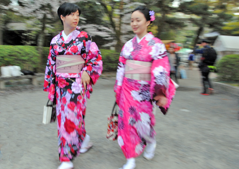 kyoto-women-wearing-pink-kimono