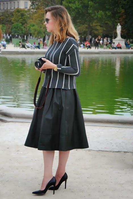 jupe-noire-évasée-cuir